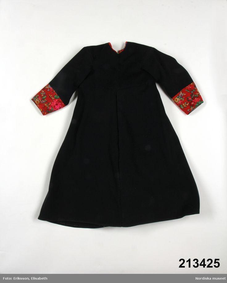 Kolt för pojke, av svart kläde.