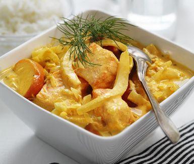 Kan det bli bättre än denna mumsiga laxpanna med fänkål, curry och äpple som du snabbt tillagar? Lägg bara ner laxbitar och grädde i den frästa röran med härlig currysmak och låt allt sjuda ihop före du serverar den krämiga pannan med nykokt ris.