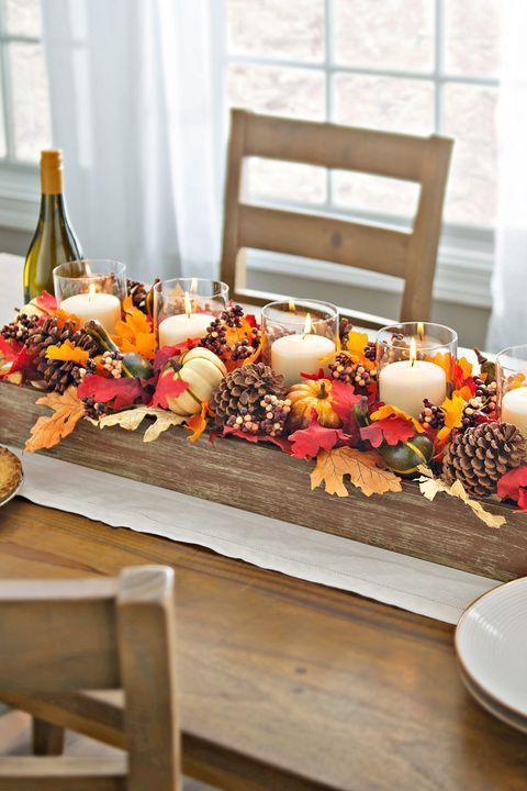 Das Erstellen eines herbstlichen Tischstücks kann sehr einfach sein. Sammle ein paar Herbstbl…