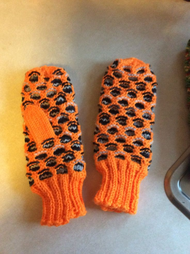 Newfie pattern knit mitts