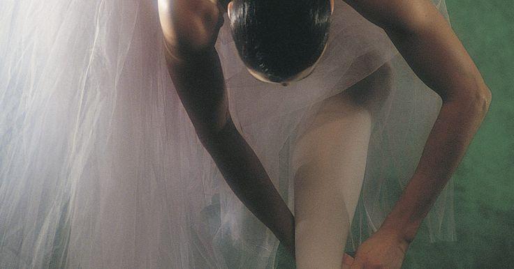 Como fazer uma longa e romântica saia de bailarina. Saias de bailarina têm sido a parte mais importante dos trajes de balé ao longo dos séculos e, recentemente, entraram na moda para qualquer coisa, desde uma saia casual a um vestido alternativo para um coquetel. Saias de balé românticas vêm do balé romântico e foram criadas para enfatizar a leveza da bailarina. Ao contrário das saias curtas ...