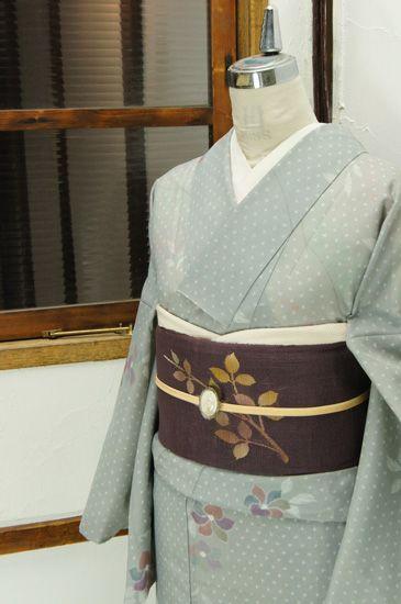 優しいグレーにおだやかな色合いで浮かび上がる、小夏椿を思わせる花模様が心地よく美しい絽の夏着物です。 #kimono