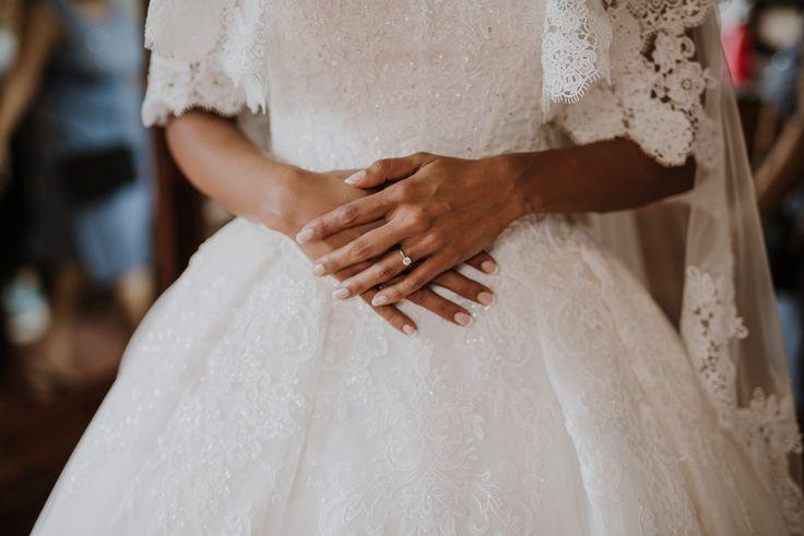 Классическое свадебное платье для настоящих принцесс, вышивка придает нежности и утонченности / Classic princess like wedding dress, the embroidery gives a tender and sophisticated touch.
