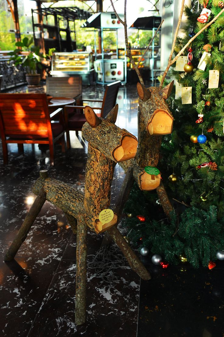 Ho! Ho! Ho! Soak up the festive atmosphere at Philea with our environmental friendly wooden deer. They are transformed from discarded tree trunks and branches, stand beautifully in the lobby for viewing. Come and take some photos for memory with these little cute wooden sculptures!