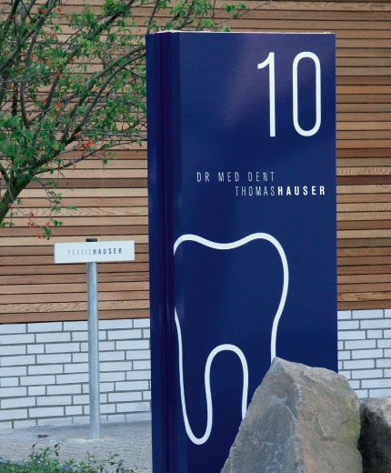 Zahnarzt Hauser Außenbeschilderung: Pylon und Parkplatzschild