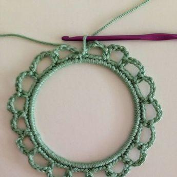 Etape 4 pour réaliser un cadre en crochet à partir d'un cercle d'abat jour.