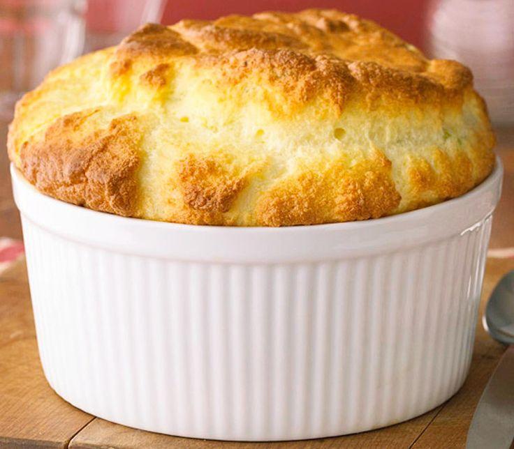Les amateurs de fromage vont vraiment raffoler de cette recette de soufflé très gourmande!