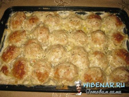 Тефтели в сливочном соусе = Для тефтелей:  Свинина - 0,5 кг +  Яйцо - 1шт.   + Рис варенный - 100 гр.,    + Лук репчатый - 1 головка,   + Cоль, перец,   + Специи по вкусу.    Для сливочного соуса:    Сливки не жирные (10 %) - 400гр., +   Оливковое масло (можно растительное) - 2ст.л.,    + Мука - 2 ст.л.,   + Соль, перец,   + Имбирь, сельдерей