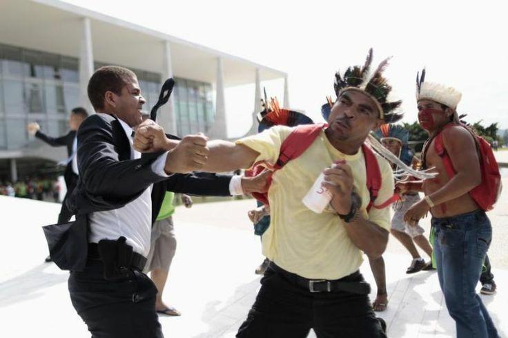4 décembre. Les Indiens protestent contre la politique de Dilma Rousseff devant le palais du Planalto, à Brasilia. Ils réclament le respect ...