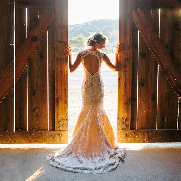 Stunning back of this dress, great photo idea!