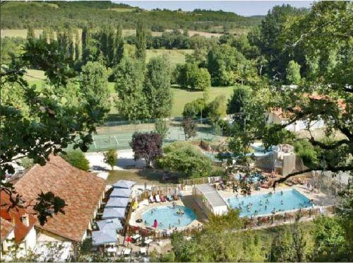 Camping Le Moulin de Paulhiac Zwembad met glijbanen, zwemmen in de rivier. Website: http://www.moulin-de-paulhiac.com/index.html