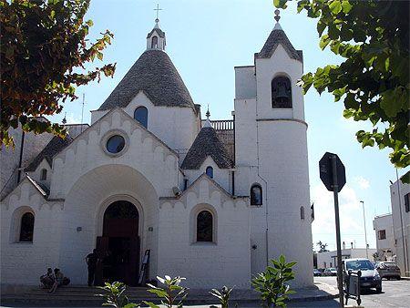 Une église Saint Antonio de style Trullo Alberobello - Italie-