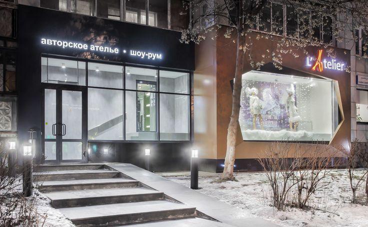 Крупногабаритный «джамбо» стеклопакет и фасад из композитных панелей  Эффектная и яркая витрина – визитная карточка любого ателье. Зачастую подобные заведения размещаются на первых этажах жилых домов, поэтому сделать что-то действительно заметное там, где раньше была обычная лоджия, бывает непросто. Но экспертам компании «СБК» в партнерстве с архитектором-дизайнером Юлии…