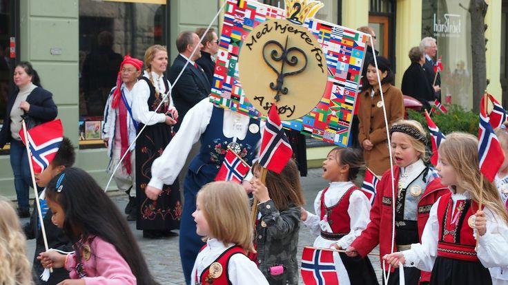 Aspøy skole i 17. mai toget i Ålesund - Aspøy skole fikk applaus da de gikk gjennom Ålesunds gater i dag. - Foto: Olaug Bjørneset / NRK