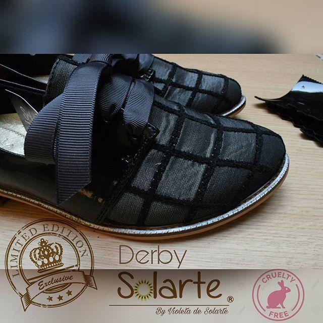 //NUEVO¡¡¡¡  //Ref: DERBY  En #Charolnegro y textil #grismetalizado // Tacón:  2.5cm //Incluye 2 pares de flecos charol negro removibles.  //Cinta color gris oscura. //Valor $ 100.000 mas envío.  //#derbyshoes.  #modaetica #fauxfur   #crueltyfree  Vive la experiencia versátil.  🐮Protegemos los animales.  ✥ ✤ // Mas info y pedidos al  whatsapp ✓ Ws  300 7830 222 ✓ ✥  Solo envios. No tienda física