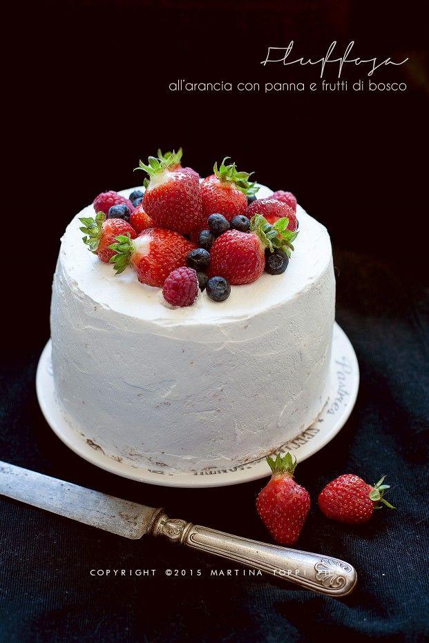 Fluffosa ovvero chiffon cake all'arancia con panna, fragole e frutti di bosco