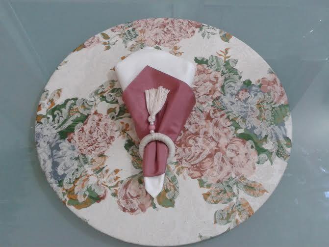 Sousplat, ou suporte de prato, feito em mdf, com 34cm de diâmetro e capa em…