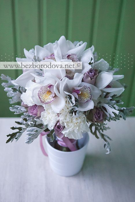 Белый свадебный букет из орхидей с сиреневыми розами и серой зеленью
