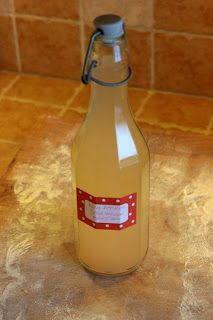 How to ferment vinegar at home. The recipe is for apple vinegar, but I'm trying it with strawberries.