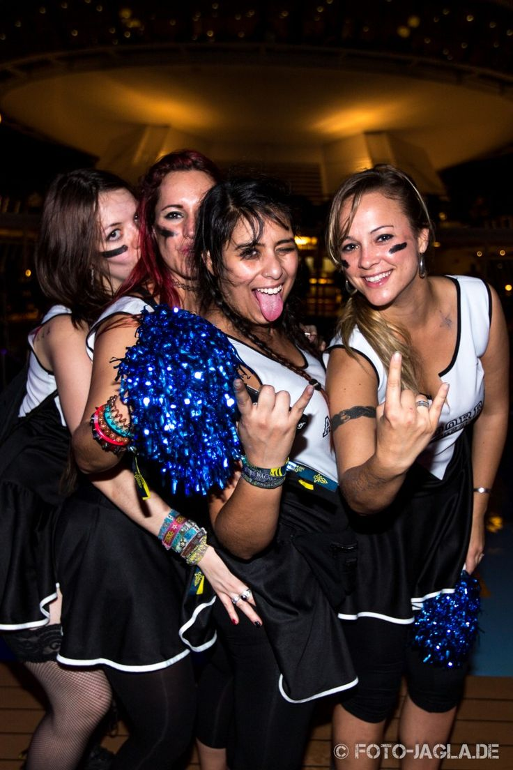 70000 Tons of Metal 2014 ::. Cheerleaders at Pooldeck
