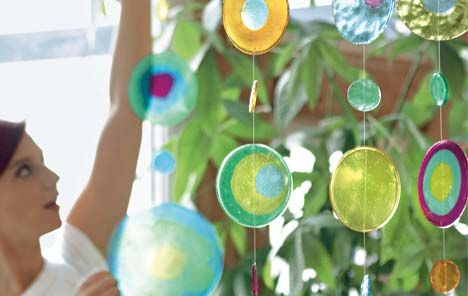 Bunter Raumteiler: Poppiges Mobile - aus Plastikgranulat