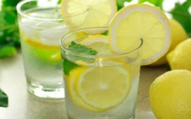 Τα υπέροχα οφέλη του λεμονόνερου στην υγεία μας