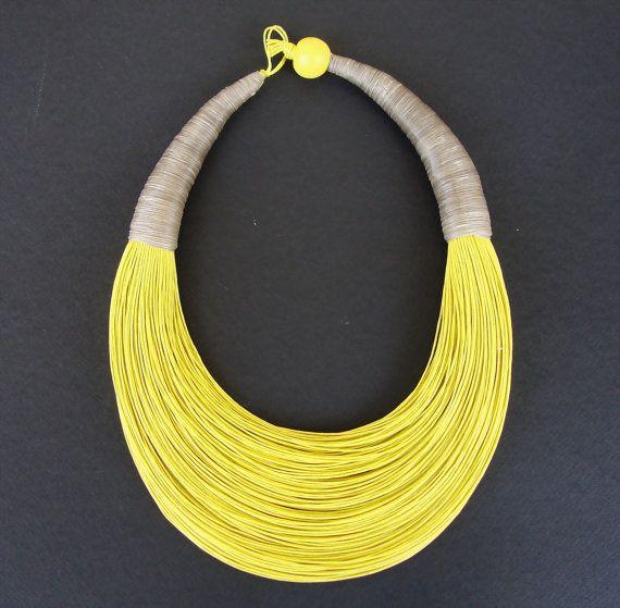Artículos similares a Collar de tendencias de fibra, collar africano, de declaración, negrita Collar, collar amarillo en Etsy