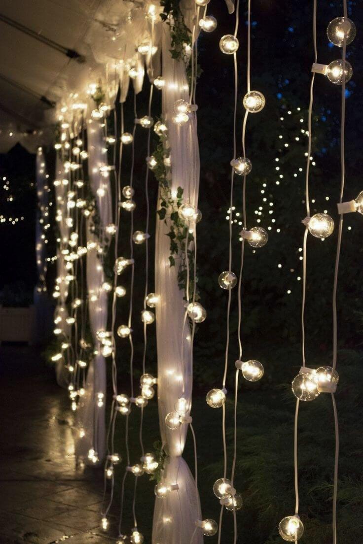 Hösten är här och mörkret med den. Som tur är finns det många sätt du kan ljusa upp utomhus – finast blir det att styla med ljusslingor.