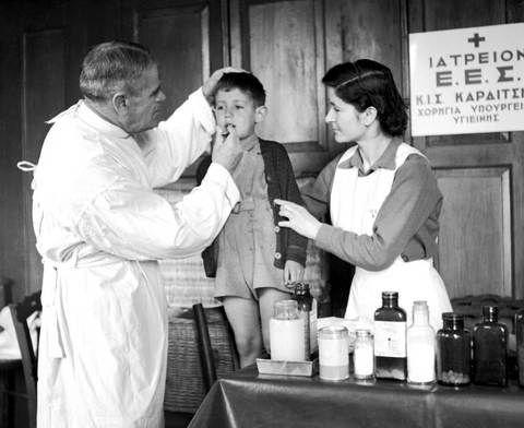 Tloupas.gr -Γιατρός του Ερυθρού Σταυρού στην Καρδίτσα 1950