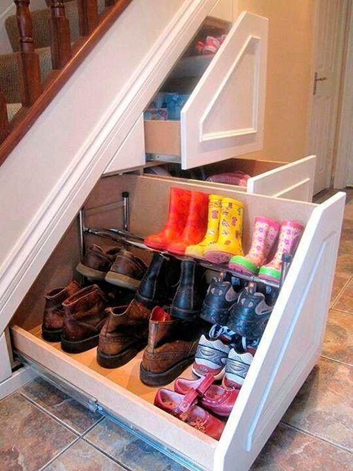 ideas para organizar los zapatos en tu hogarbajo la escalera