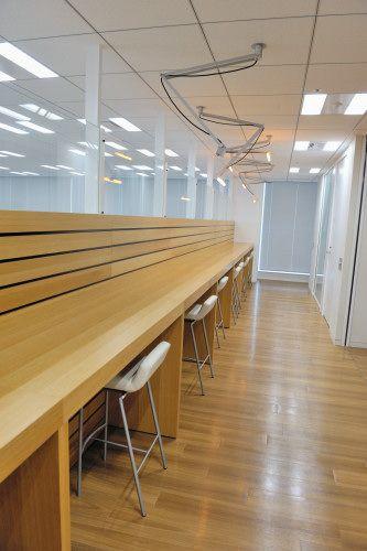 28階のミーティングスペースは、主に社員だけのもの。円形のソファ、対面式のイス、そしてクツを脱いで上がる掘りごたつのミーティングスペースまであり、バラエティに富んでいる。こんな場所で気分をリフレッシュしながらブレストに臨めば、ユニークなアイデアも生まれやすいというもの5