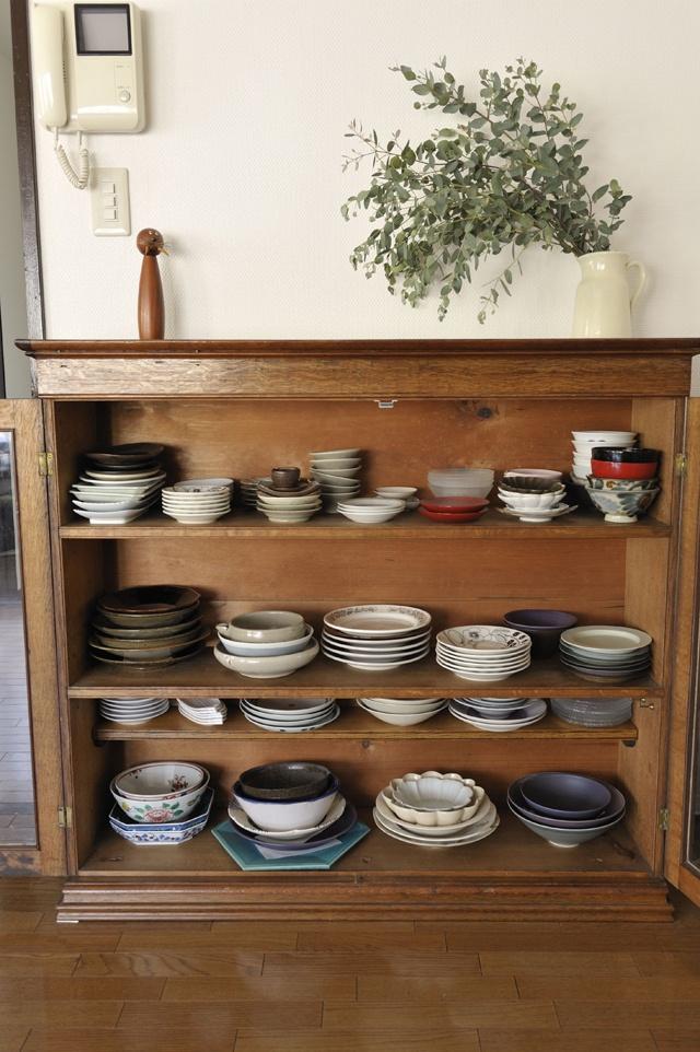 食器はサイズ、色で分けて収納すれば、使う時も選びやすくなります。/すっきり暮らす人の収納術(「はんど&はあと」2013年5月号)