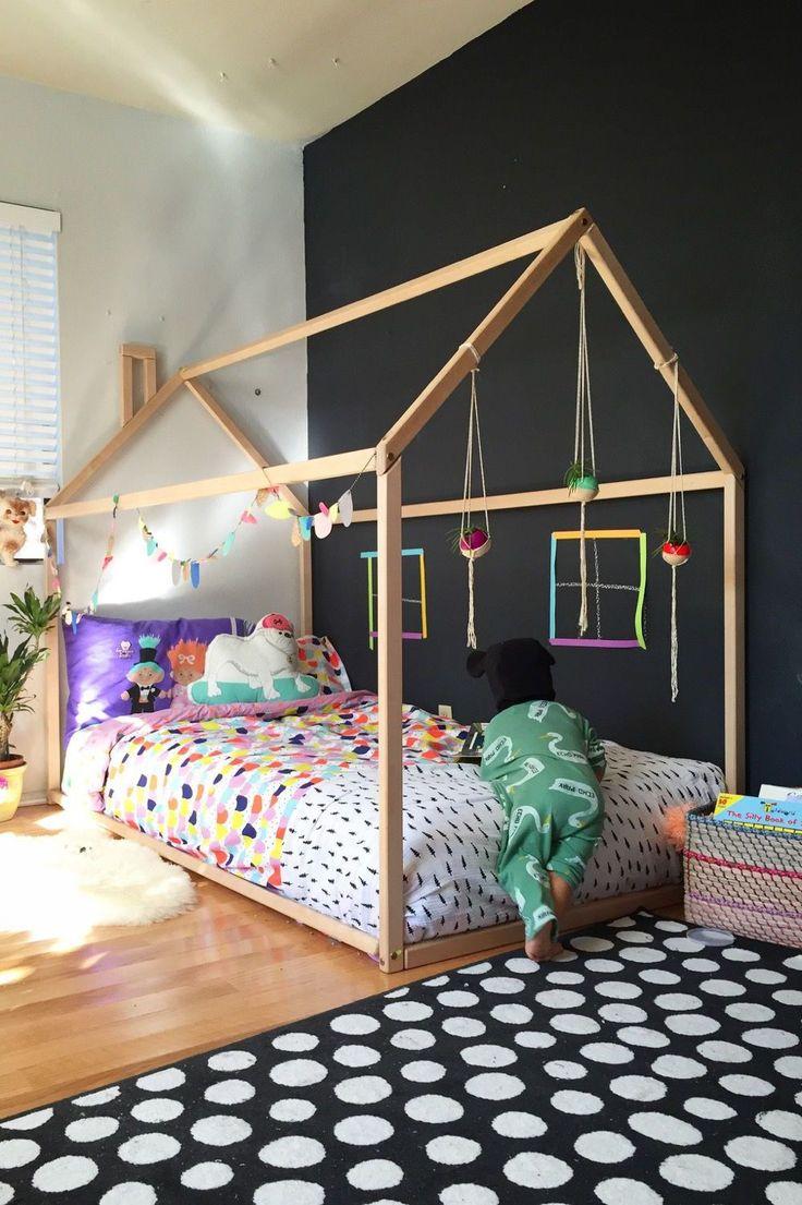 Lit cabane et mur noir façon peinture ardoise / Kids bed and chalkboard wall