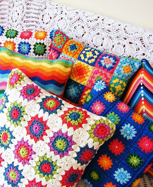 More pillows...Crochet Ideas, Crochet Rainbows Cushions, Pads, Happy Colors, Crochet Deco, Granny Squares, Crochet Pillows, Almohadas Crochet, Bright Colors