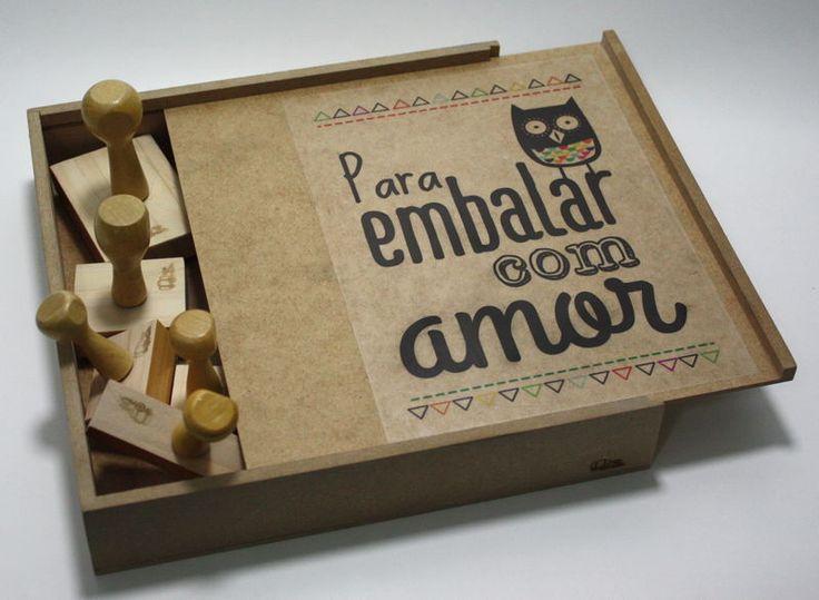 Caixinha cheia de carimbos, tags e embalagens, para preparar presentes com muito carinho e amor.  ♥