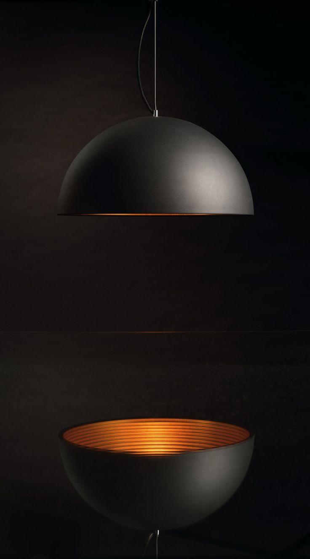 FORCHINI M PD 1 - Pendelleuchte Majestätisch... Die FORCHINI M Pendelleuchte PD-1 ist die größere Version dieser Serie und verfügt über einen Leuchtenschirm aus Aluminium, der über ein leuchtenfarbendes Textilkabel mit der verchromten Deckenrosette verbunden ist. Wahlweise verfügbar mit schwarzer oder weisser Aussenlackierung haben Sie jeweils die freie Wahl der Innenlackierung in silberner oder goldener Ausführung.