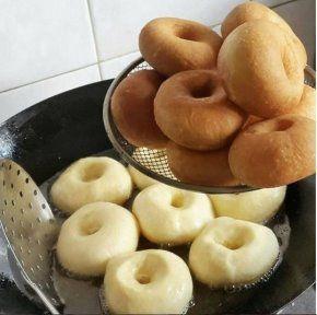 Самые вкусные пончики  Это самые вкусные пончики... которые я ела! Уже 2 раза их делала - обалденные! Мягенькие , прямо воздушные, с хрустящей корочкой! Начинку можно любую класть, мне очень понравилось с инжировым повидлом, а еще будет вкусно со свежей малиной, перетертой с сахаром, можно с заварным кремом, как у автора... Слова автора (с моими дополнениями) Тесто:  Молоко - 500 мл. Яйца - 2 ш