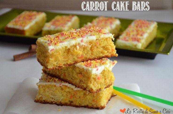 I Carrot cake bars sono deliziosi dolci formati da una torta di carote ricoperta con una delicata crema al formaggio ritagliata a forma di barrette.