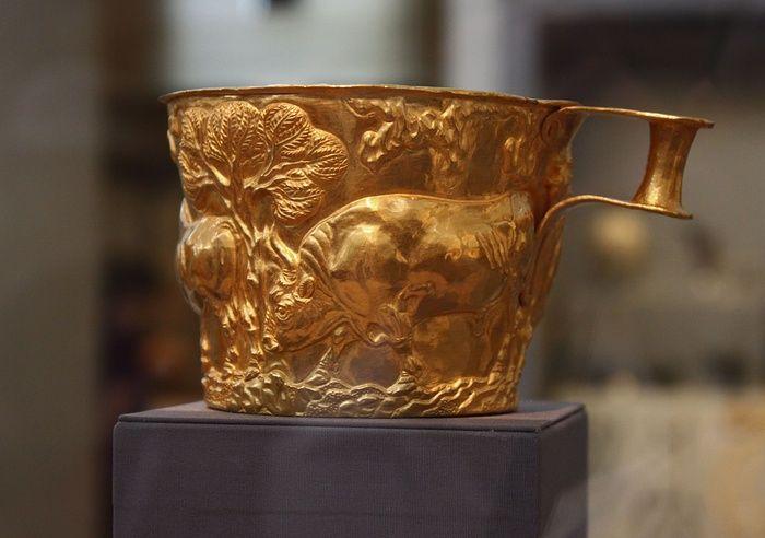 TAZZE DI VAPHIO- tazze di lamina d'oro lavorate a sbalzo ritrovate nel corredo di una tomba femminile micenea, II millennio a.C, conservate al museo archeologico nazionale di Atene