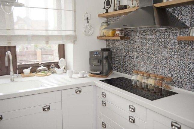 marokańskie płytki na ścianę,czarny okap,półki z okapem,drewniane półki w kuchni,prostokątna ceramiczna płyta w kuchni,białe blaty ze staronu w kuchni,szklane słoje w kuchni,białe latarenki,jak urzadzić ścianę z okapem w kuchni,pomysł na scianę z okapem w kuchni,okap z półkami w kuchni,szare płytki marokańskie do kuchni,szklane lampiony,pudełka ozdobne z ocynku,lawenda w doniczce,dekoracje do białej kuchni,rustykalne dekoracje w kuchni,biała kuchnia z czarnym okapem,rustykalna kuchnia z ...