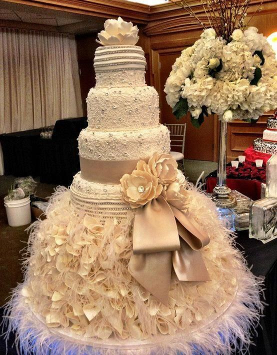 Wow check out this cake. Could do it for your quinceanera!