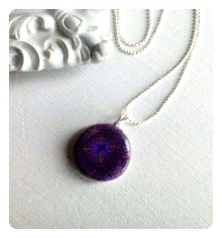 Collier médaillon en argile polymère violet : Collier par floralice