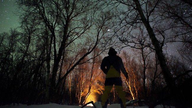 Vinterbål i mørke Finnmark - VINTERYR: Det er lurt å starte gradvis med vinterfriluftslivet. Begynn med korte turer i nærheten av hjemmet, og øk så langsomt ambisjonene om det gir mersmak og du blir mer erfaren. Vinteren kan gi utfordringer, mestringsfølelse og store naturopplevelser. - Foto: Marius Nergård Pettersen /