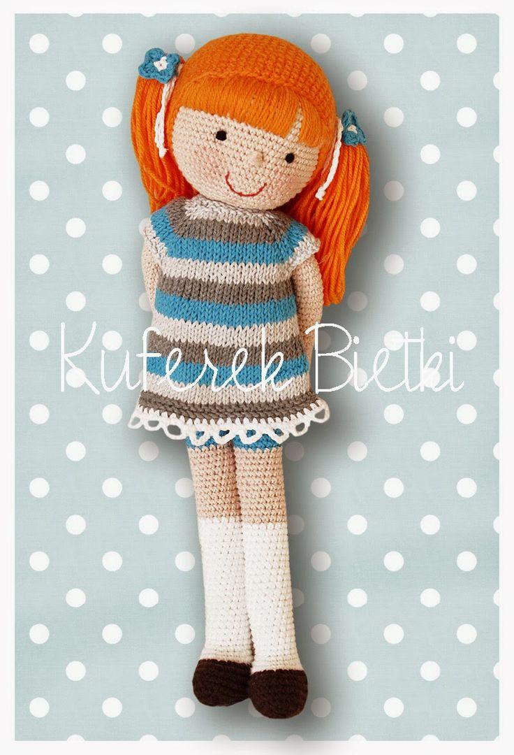 Nadine - lalka wykonana na szydełku. Lalka ubrana jest w sukienkę i sweterek wykonane na drutach. Włosy lalki upięte są w kucyki. Wysokoś...