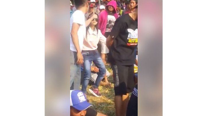 Syahdu! Anak Perempuan Ini Asyik Berjoget, Padahal yang Lain Diam, Netizen Bilang Suka Gayanya