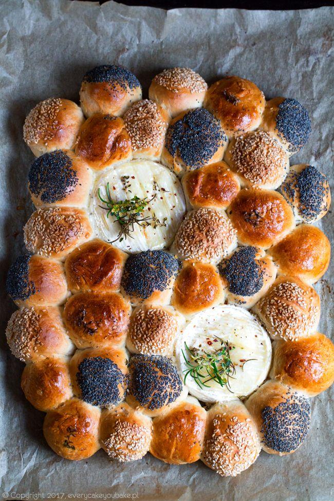 odrywane drożdżowe bułeczki z pieczonym serem camembertem