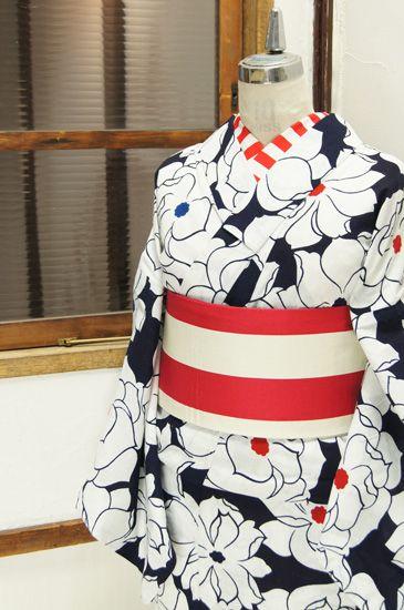 濃紺色の地に、ふわりと優しく花ひらく大輪のフラワーモチーフが染め出された注染レトロ浴衣です。