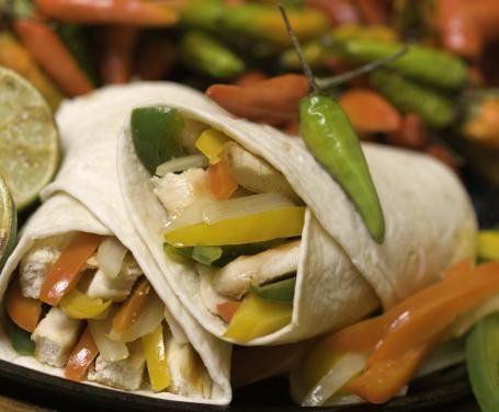 Le fajitas di pollo sono un piatto tipico della cucina messicana che è il prototipo dell'allegria: sfiziose e colorate, sono l'ideale per una cena tra amici, amatissime dai bambini e perfette come cibo per rompere il ghiaccio in una serata tra colleghi, grazie al fatto che si possono gustare con le mani.