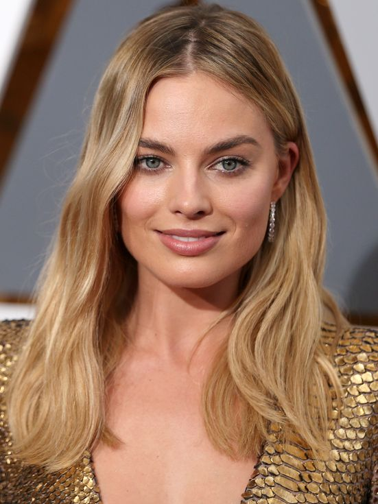 Margot Robbie Oscars 2016 makeup (Laura Mercier Velour Lovers Lip Colour in 'Sensual')