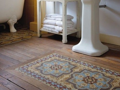 Salle de bain : Un tapis de salle de bains en carreaux de ciment. Bathroom: cement tiles bath rug with hardwood floor.